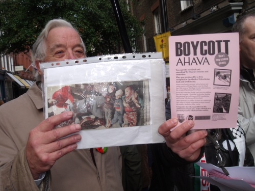 anti-Israel activist displaying picture of dead children